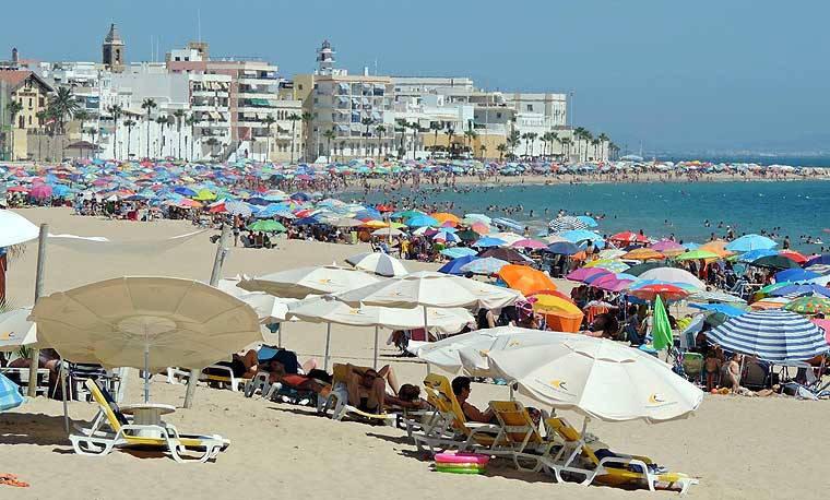Imagen de la Playa de la Costilla llena de gente, imagen difícil de ver este verano de 2020